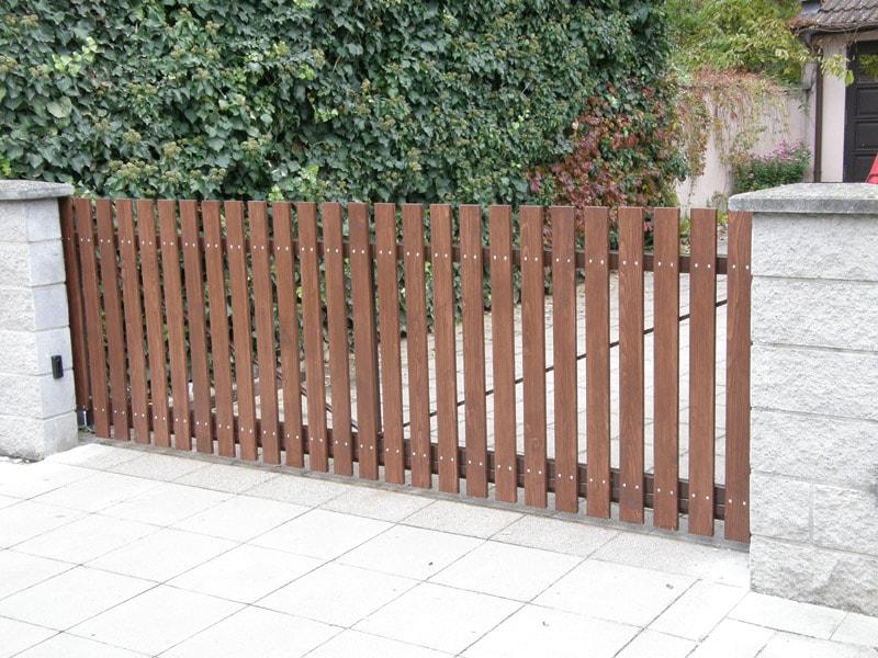 dřevěná vjezdová brána